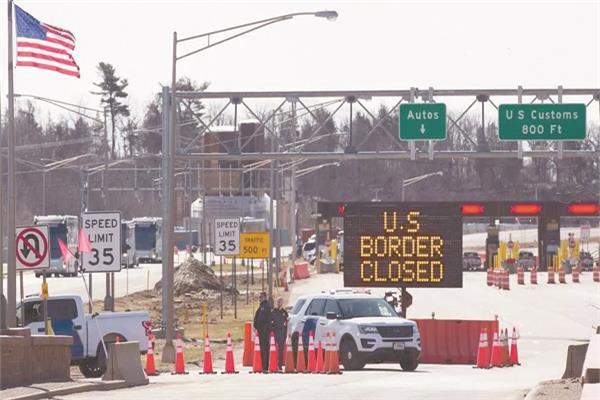 شرطة الحدود الأمريكية أمام معبر مغلق قرب كندا