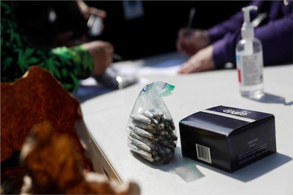 توزيع سجائر مع الماريجوانا مجانا في وسط نيويورك