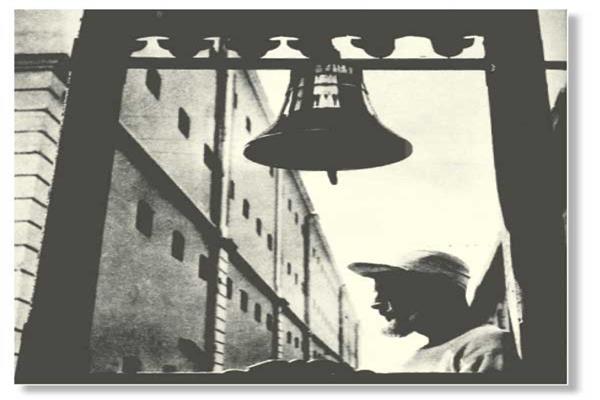 الناقوس الكبير الذى كان السجان يدقه وقت انطلاق مدفع الإفطار فى سجن القاهرة