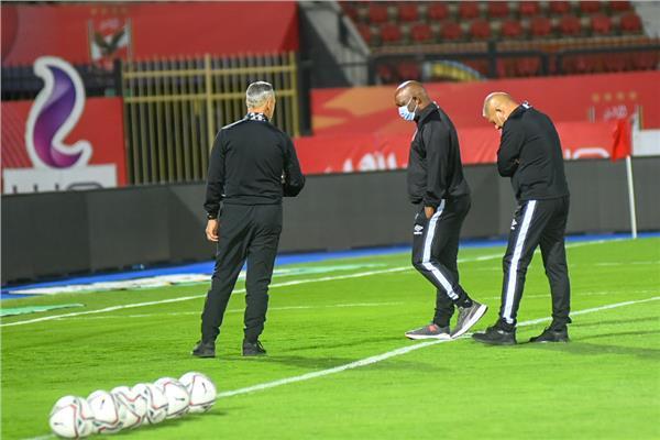 موسيماني يتفقد أرضية الملعب