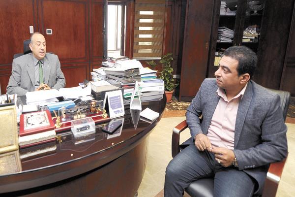 المهندس عبدالفتاح فرحات خلال حواره مع الأخبار