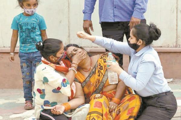 مصابة بكورونا تفترش الشارع وسط بكاء أفراد أسرتها