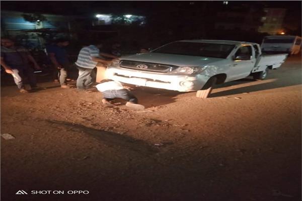 سقوط سيارة رئيس الوحده المحلية بقرية شنبمارة الميمونة التابعة لمركز الزقازيق داخل بلوعة صرف صحي