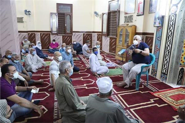 محافظ الوادي الجديد يلتقي أهالي حي المروة بمدينة الخارجة