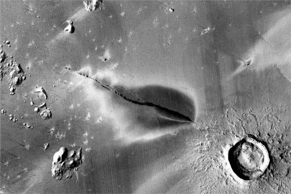 بقعة المريخ المظلمة والغامضة