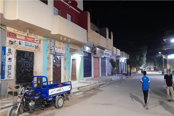 التزام أصحاب المحال والمقاهى والأنشطة الأخرى بتوقيت الغلق بمدينة الطود
