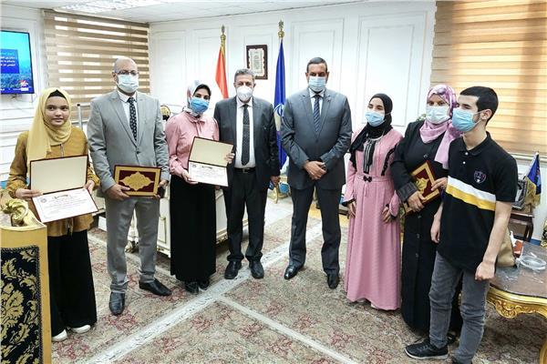 اللواء هشام آمنة محافظ البحيرة مع الفائزين