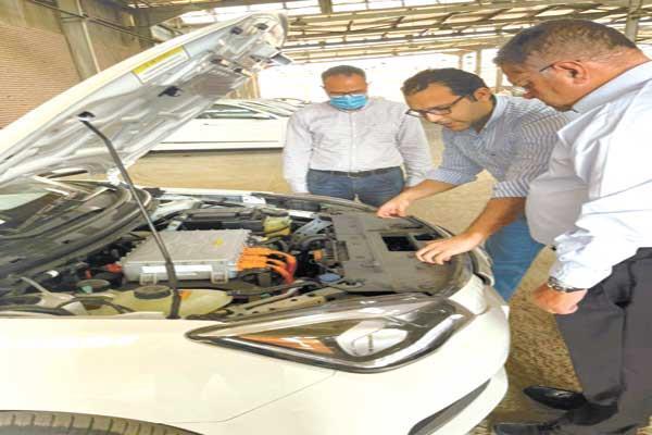 وزير قطاع الأعمال خلال فحص السيارة الكهربائية