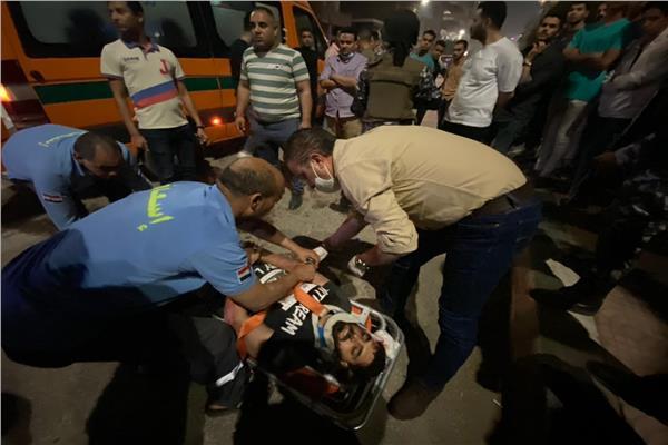 محافظ الفيوم يوقف موكبه لإنقاذ مصاب فى حادث سير