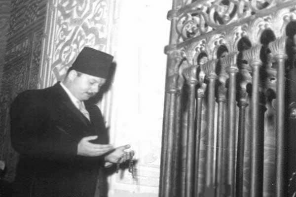الملك فاروق يقرأ الفاتحة فجر العيد فى ضريح جده محمد على باشا