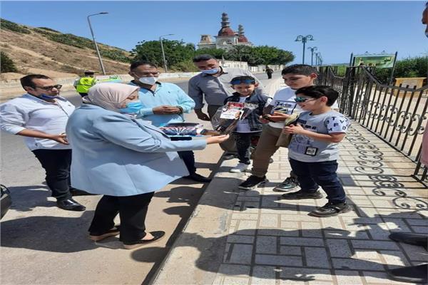 رئيسة مدينه رشيد توزع هدايا عيدالفطر علي الأطفال
