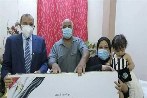 رئيس جامعة بني سويف يسلم هدية الرئيس السيسي لأسرة إحدى شهداء القطاع الطبي