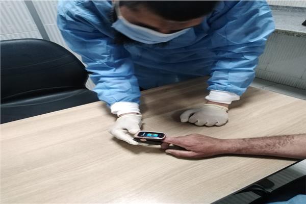فريق طبى يتابعون حالات العزل المنزلى لمرضى كورونا