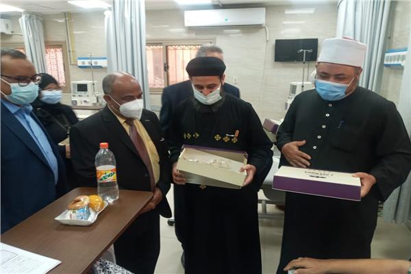 قيادات المجتمعي المدني بأسوان تزور المستشفى الجامعي لتهنئة المرضي بعيد الفطر المبارك