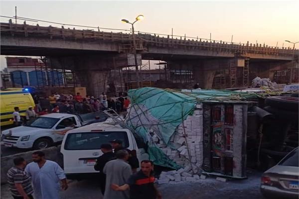 إصابة ٦ أشخاص فى انقلاب سيارة بالطريق الزراعى بالبحيرة. صور