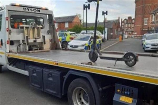 سكوتر كهربائي تمت مصادرته على ظهر شاحنة ضخمة