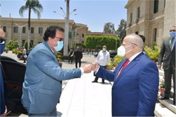 خالد عبد الغفار وزير التعليم العالي والبحث العلمي، والدكتور محمد عثمان الخشت رئيس جامعة القاهرة