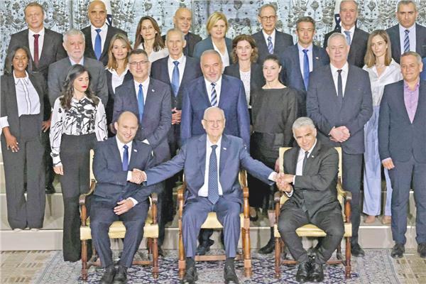 صورة للرئيس الإسرائيلي وسط وزراء الحكومة الجديدة