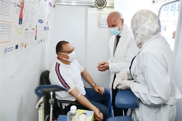 محافظ الشرقية يشارك في حملة التبرع بالدم