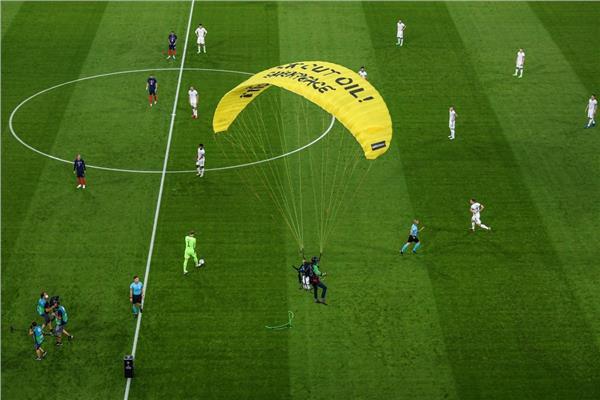 مشجع يقتحم مباراة ألمانيا وفرنسا بمظلة