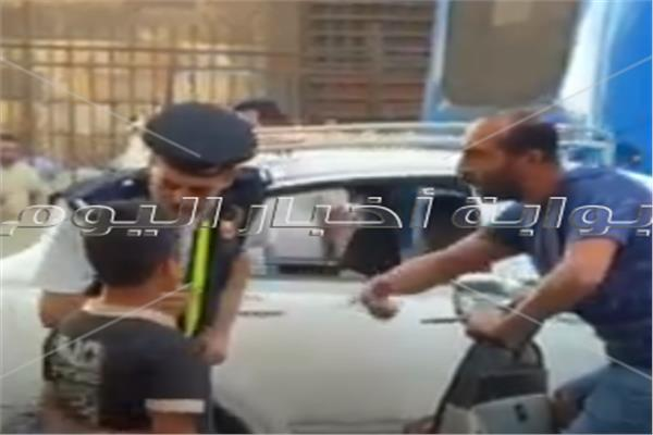 أمين شرطه يجبر بخاطر طفل بعدما صفعه شاب علي وجهه بمنطقة العتبه