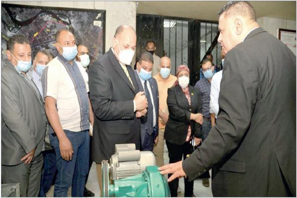 محافظ أسيوط يتفقد إحدى المعدات التى وفرتها مؤسسة مصطفى وعلى أمين