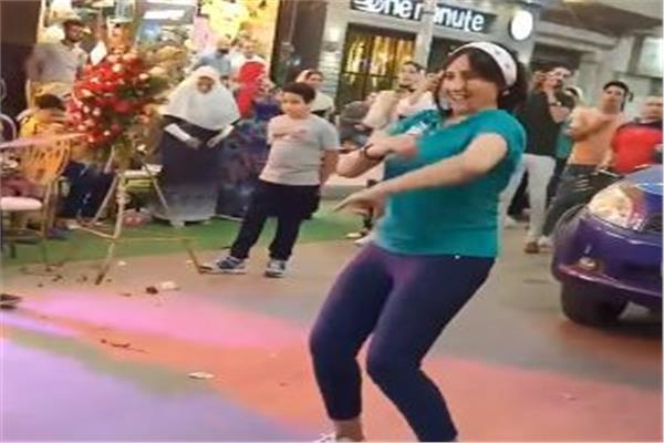 وصلة رقص لدعاية افتتاح محل