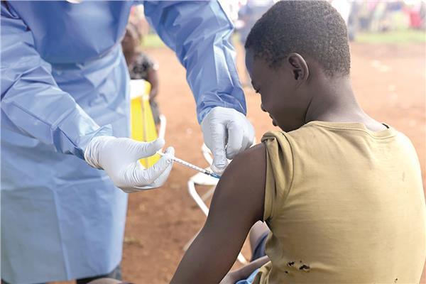 أحد المصابين يتلقى اللقاح الخاص بالإيبولا