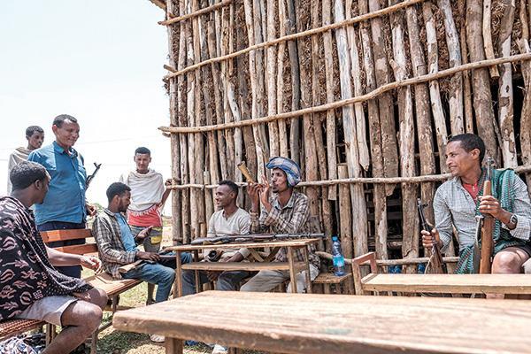 عناصر من ميليشيات أمهرة امام مركز تصويت فى قرية وريت مايكل