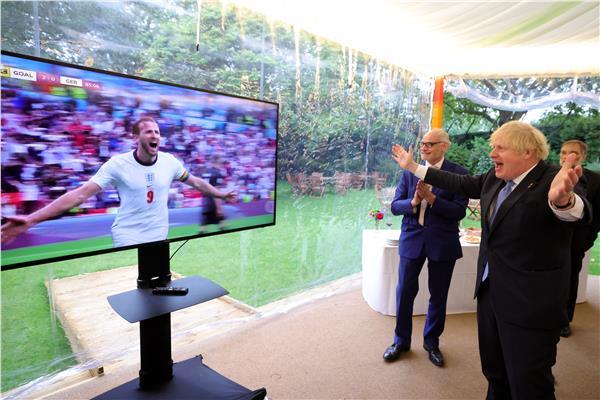 رئيس وزراء بريطانيا يحتفل بهدف كين