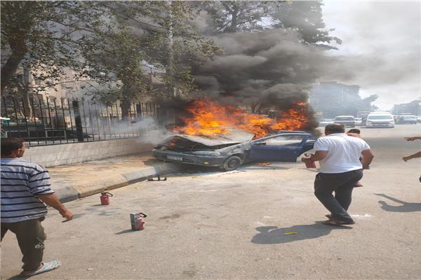 السيارة عقب نشوب النيران بها