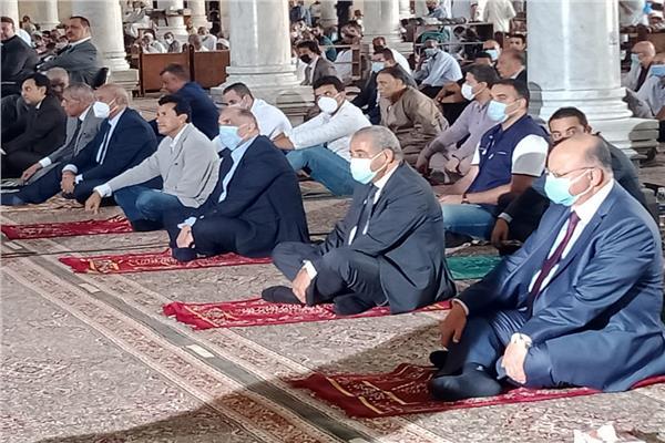 ٤ وزراء ومحافظ القاهرة يؤدون صلاة الجمعة