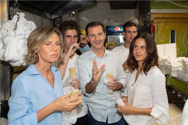 الرئيس الاسد اثناء شراء الطعام من احدي المطاعم