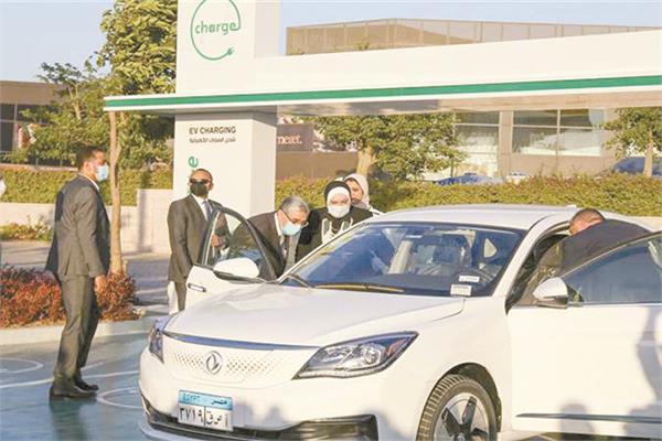 عدد من الوزراء أثناء الاحتفال ببدء المبادرة الرئاسية لاحلال السيارات المتقادمة