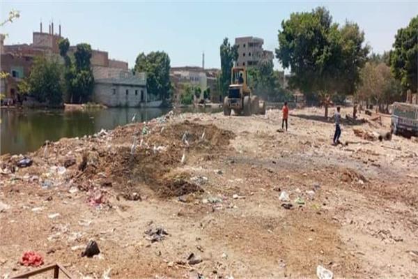 ازالة تراكمات القمامة من القرية