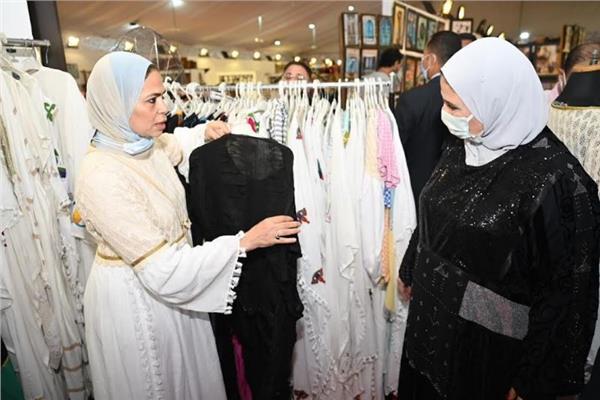 نيفين القباج وزيرة التضامن الاجتماعي خلال افتتاح معرض ديارنا