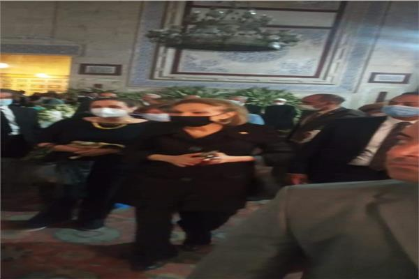 زوجة شاة إيران تحي ذكرى وفاته من مسجد الرفاعي