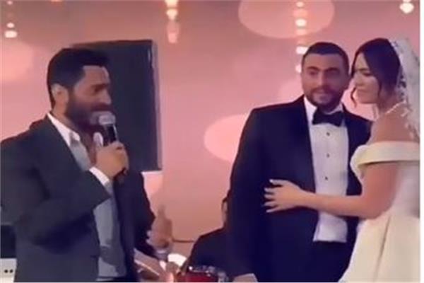 تامر حسني مع العروسين