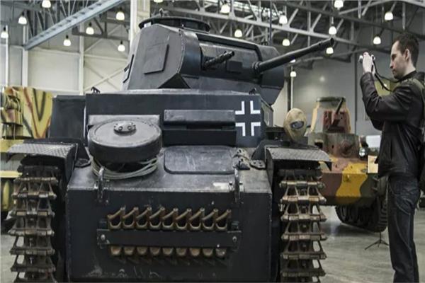"""بينهم دبابة """"بانتيرا"""" ..محاكمة متقاعد احتفظ باسلحة من الحرب العالمية بمنزله"""