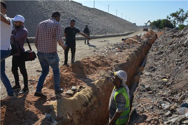 محافظ المنيا يتابع أعمال مد وتدعيم خط مياه مباشر