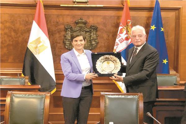 رئيسة الوزراء الصربية تهدى درع التكريم للواء خالد فودة