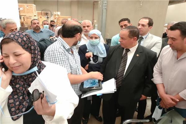 رئيس مصلحة الجمارك يزور قرية البضائع وجمرك بيوع كسفربت بمطار القاهرة