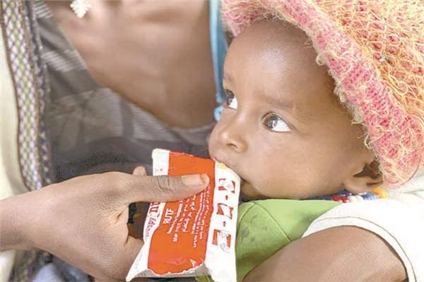 أم إثيوبية تطعم رضيعها من مساعدات غذائية عاجلة «صورة من أ. ب»