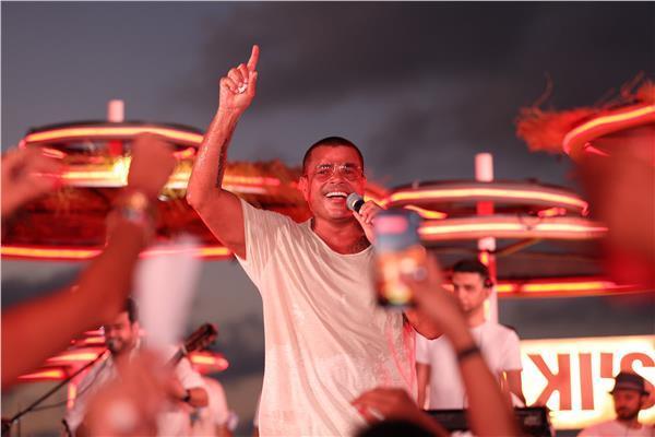 عمرو دياب خلال حفله الأخير