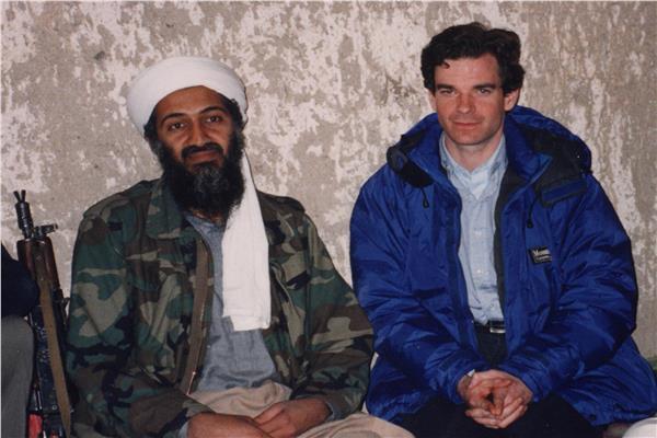 بيتر بيرجن اثناء لقائه التليفزيوني من اسامة بن لادن في 1997