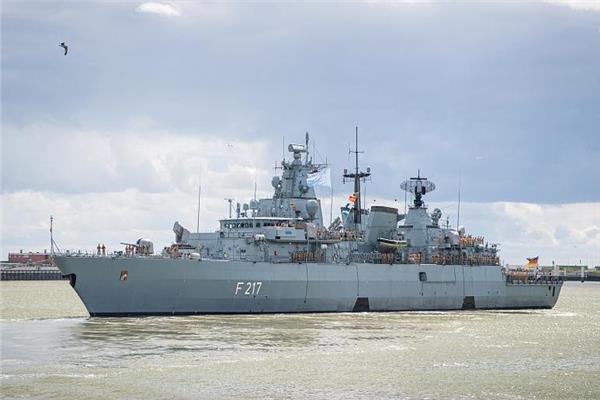 """الفرقاطة بايرن اثناء مغادرة ميناء """"فيلهلمسهافن"""""""