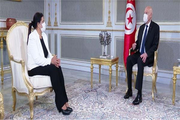 قيس سعيد وسهام البوغديري نمصية المكلفة بتسيير شؤون وزارة الاقتصاد والمالية