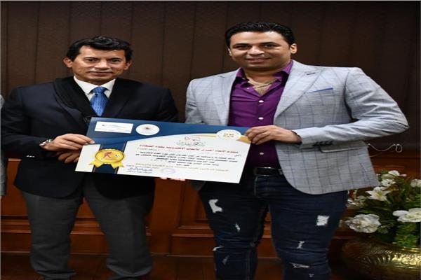 وزير الشباب والرياضة يُكرم إبراهيم مدكور لتتويجه ببرونزية الألعاب الإلكترونية