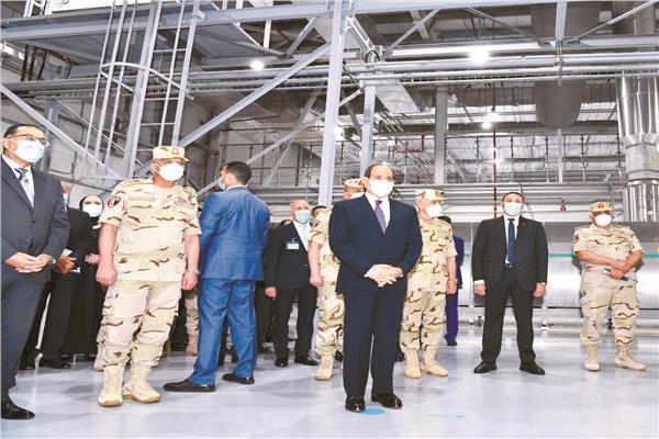 الرئيس عبد الفتاح السيسى يستمع إلى شرح عن المصانع التى تضمها المدينة الغذائية