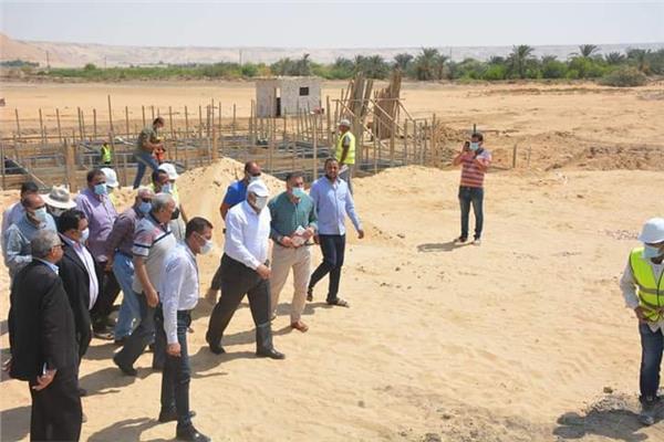 محافظ الوادي الجديد يتابع مشروعات «حياة كريمة» بقرية أبو منقار بالفرافرة